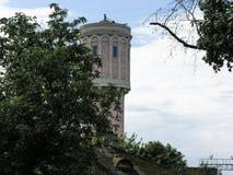 老水塔的大厦在驻地Baranavichy - Polesskiye的 库存图片