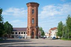 老水塔的看法在镇中心在一晴朗的6月天 诺夫哥罗德地区, Staraya Russa 库存照片