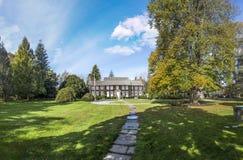 老维多利亚女王时代的大厦在一个绿色庭院里在s的东汉普顿 库存照片