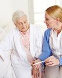 老年医学的护士以热病 免版税图库摄影
