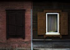 老破旧的木头被打开的窗口 免版税图库摄影