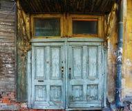 老破旧的门在一个老房子里 库存图片