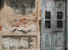 老破旧砖墙和木绿色的门 免版税库存图片