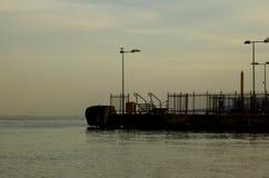 老黑暗的码头和海 免版税库存图片
