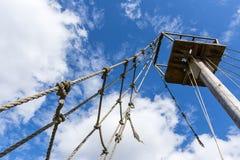 老绳梯和帆柱反对多云天空 库存照片
