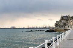老从沿海岸区观看的康斯坦察赌博娱乐场和港口 免版税库存照片