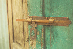 老幻灯片门锁,开放木葡萄酒生锈的钢 免版税库存照片