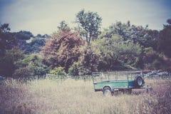 老货物拖车在一个农村地方 库存照片