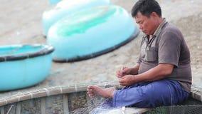 老练的工匠编织钓鱼的网 股票录像