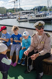 老练的水手在塔林显示如何编织结海的天 免版税库存图片
