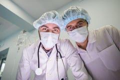 老练的医生在操作时 库存图片