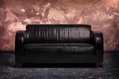 老黑皮革长沙发 免版税库存照片