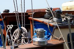 老绞盘,游艇控制的风船设备 免版税库存照片