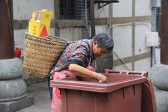 老贫穷中国妇女,重庆,中国, 10月 27日2014年 免版税库存照片