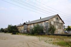 老贫穷木两层房子 免版税库存照片