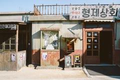 老建筑学和街道在Jangsaengpo村庄从20世纪60年代到70s,韩国 库存照片