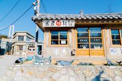 老建筑学和街道在Jangsaengpo村庄从20世纪60年代到70s 免版税库存照片
