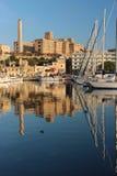 老建筑学有从一个海湾的看法与游艇 免版税库存图片