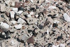 老建筑废料和爆破废物接近的看法  免版税库存照片