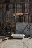 老浴缸在被放弃的房子里 图库摄影