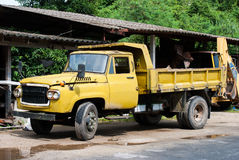 老黄色卡车 免版税库存图片