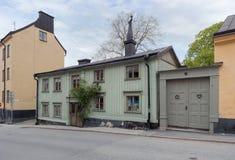 老绿色木房子在斯德哥尔摩 免版税库存照片