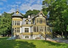 老绿色木房子在罗兹,波兰- Te中央博物馆skansen 免版税库存图片