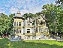 老绿色木房子在罗兹,波兰- Te中央博物馆skansen 库存照片
