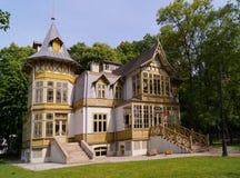老绿色木房子在罗兹,波兰- Te中央博物馆skansen 库存图片
