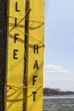 老黄色木橡皮救生艇标志 库存照片