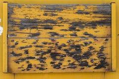 老黄色木头和金属背景纹理 免版税库存照片