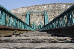 老绿色火车桥梁 库存图片
