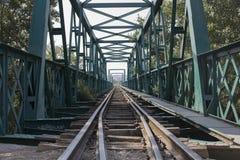 老绿色火车桥梁 免版税图库摄影