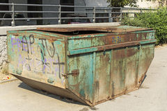 老绿色生锈了大型垃圾桶 库存图片