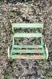 老绿色生锈的摇摆 库存照片