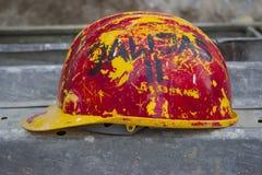 老黄色红色安全帽 库存图片