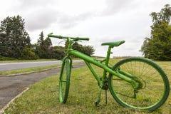 老绿色自行车 免版税库存照片