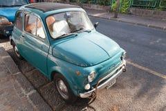 老绿色菲亚特停放的500个城市汽车立场 库存照片