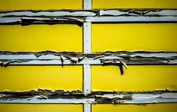 老黄色车库。 库存照片