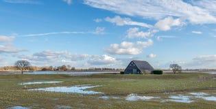 老黑色绘了木谷仓包围由堤堰 库存照片