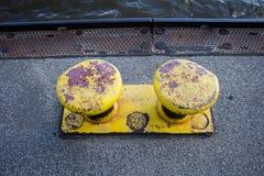 老黄色系船柱 库存照片
