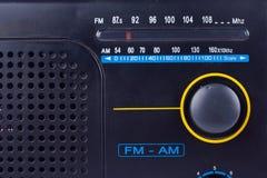 老黑葡萄酒减速火箭的样式上午, FM手提电话机在白色背景关闭的晶体管接收器 库存图片