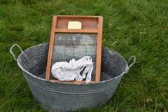 老洗衣盆和洗衣板 免版税库存图片