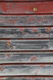 老 被风化的红色和灰色谷仓板 免版税图库摄影