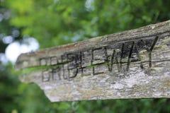 老破裂的Bridleway路标特写镜头 图库摄影