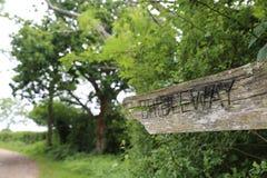 老破裂的Bridleway路标 库存照片