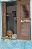 老巴西妇女在窗口里 库存照片