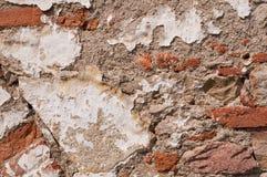 老年迈的被毁坏的砖墙 免版税库存图片