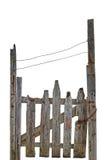 老年迈的被风化的农村被破坏的灰色木门,被隔绝的灰色木庭院篱芭入口门户大详细的垂直的特写镜头 库存图片