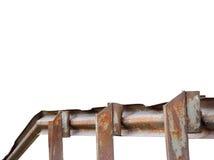 老年迈的被风化的弯的生锈的难看的东西金属铁桥梁路轨,被隔绝的透视水平的特写镜头,大详细织地不很细 免版税库存照片